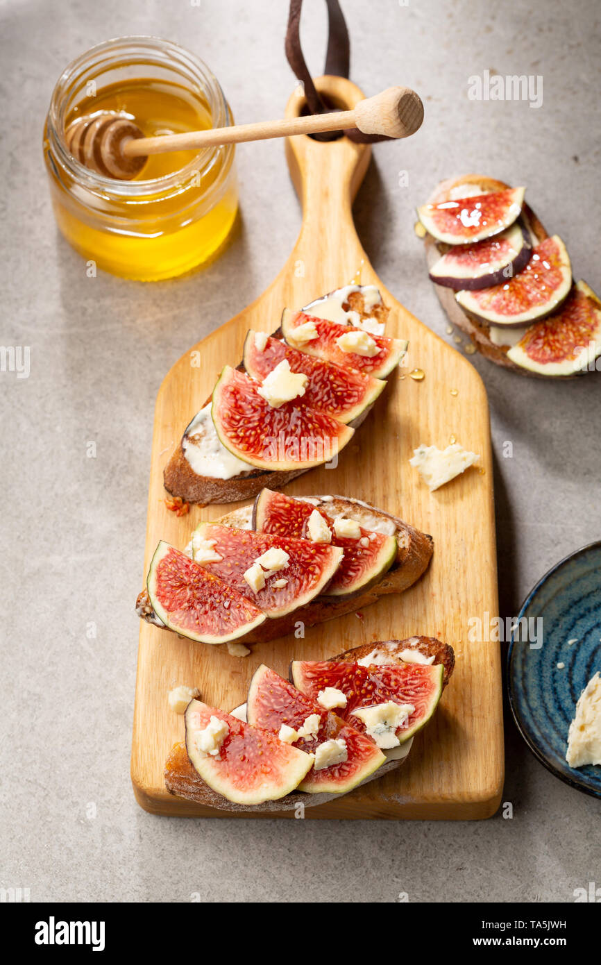 Sweet bruschetta with chese and fruits - Stock Image