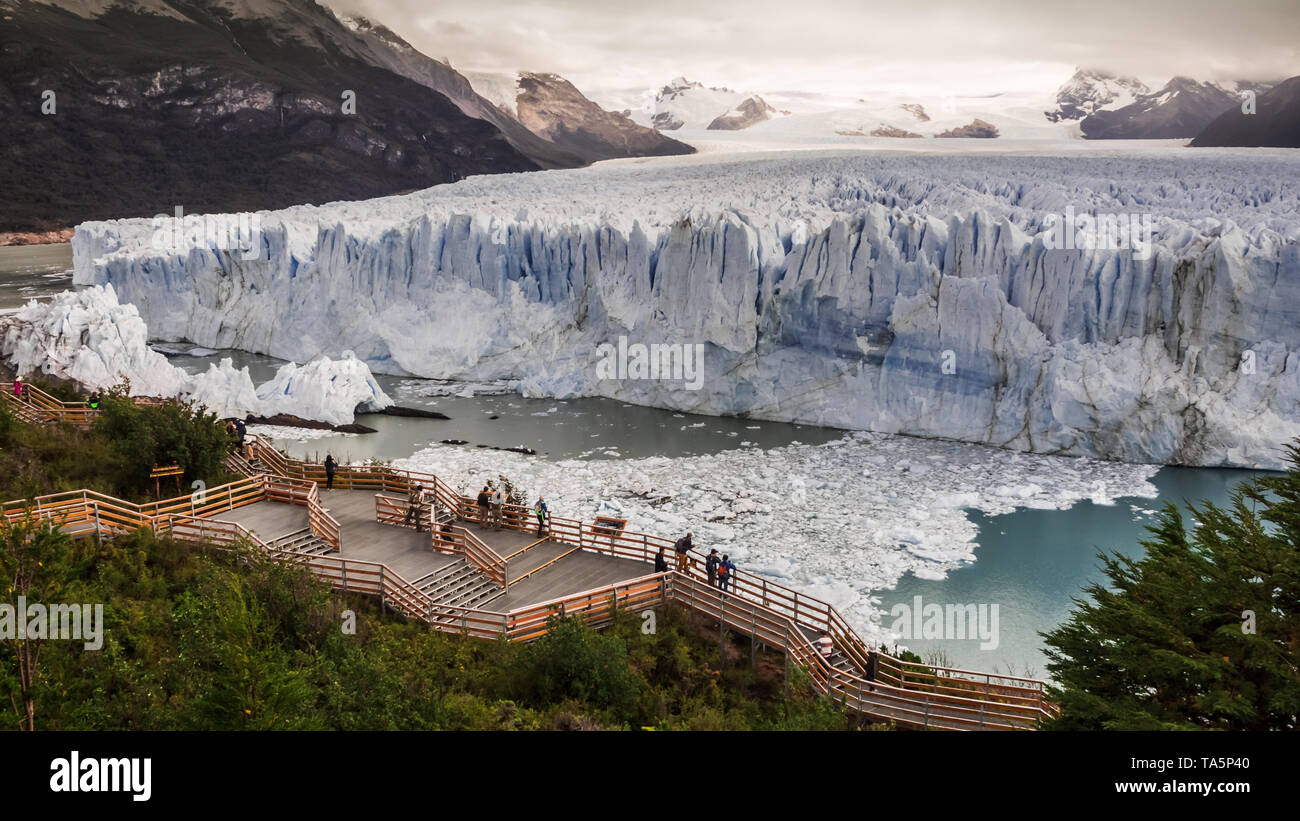 Wooden walkways in front of the ice wall of the Perito Moreno glacier in the Glacier National Park in Patagonia Argentina - Stock Image
