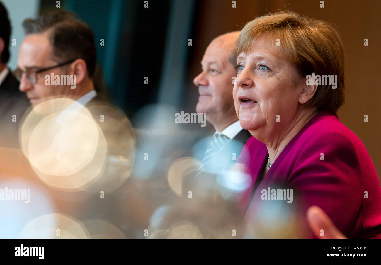 Berlin, Germany. 22nd May, 2019. Federal Chancellor Angela Merkel (r-l, CDU), Olaf Scholz (SPD), Federal Minister of Finance, and Heiko Maas (SPD), Foreign Minister, are sitting in the Federal Chancellery at the beginning of the cabinet meeting. At today's meeting, the members of the Federal Government will discuss, among other things, the billions in aid for structural change in the coal-mining regions and a draft law on tax incentives for research and development. Credit: Bernd von Jutrczenka/dpa/Alamy Live News - Stock Image