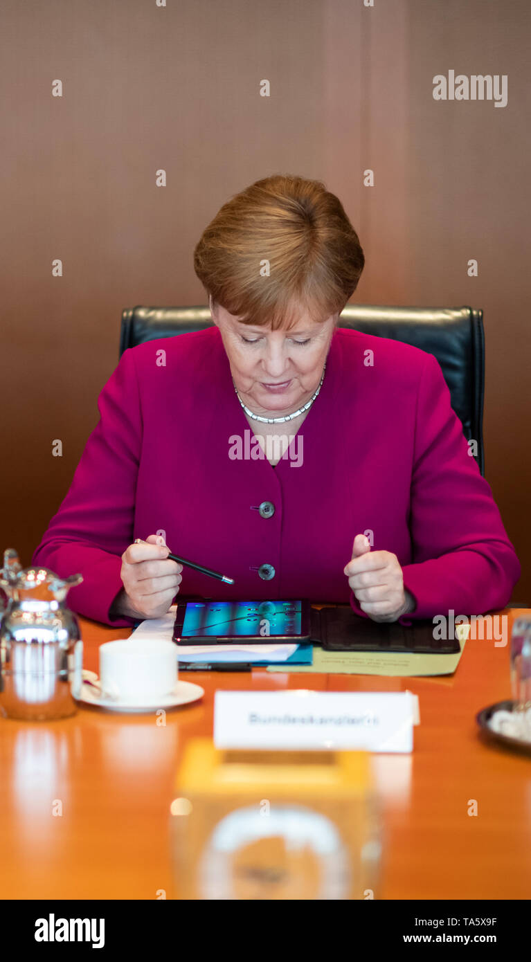 Berlin, Germany. 22nd May, 2019. Chancellor Angela Merkel (CDU) sits in the Chancellor's Office at the beginning of the cabinet meeting. At today's meeting, the members of the Federal Government will discuss, among other things, the billions in aid for structural change in the coal-mining regions and a draft law on tax incentives for research and development. Credit: Bernd von Jutrczenka/dpa/Alamy Live News - Stock Image