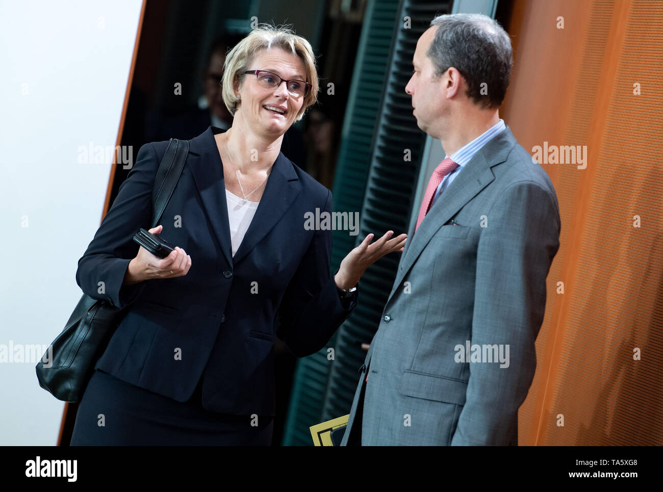 Berlin, Germany. 22nd May, 2019. Anja Karliczek (l, CDU), Federal Minister of Education and Research, and Hendrik Hoppenstedt (CDU), Minister of State for Cooperation between the Federal Government and the Länder, meet in the Federal Chancellery at the beginning of the cabinet meeting. At today's meeting, the members of the Federal Government will discuss, among other things, the billions in aid for structural change in the coal-mining regions and a draft law on tax incentives for research and development. Credit: Bernd von Jutrczenka/dpa/Alamy Live News - Stock Image