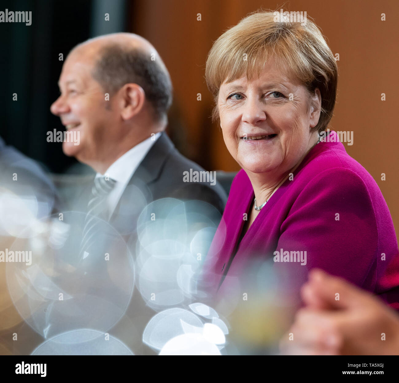 Berlin, Germany. 22nd May, 2019. Federal Chancellor Angela Merkel (r, CDU) and Olaf Scholz (SPD), Federal Minister of Finance, are sitting in the Federal Chancellery at the beginning of the cabinet meeting. At today's meeting, the members of the Federal Government will discuss, among other things, the billions in aid for structural change in the coal-mining regions and a draft law on tax incentives for research and development. Credit: Bernd von Jutrczenka/dpa/Alamy Live News - Stock Image