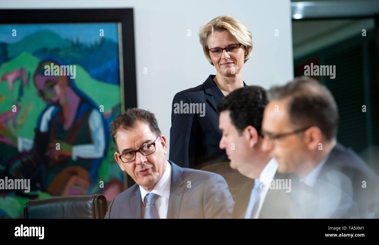 22 May 2019, Berlin: Anja Karliczek (CDU), Federal Minister of Education and Research, comes to the cabinet meeting in the Federal Chancellery, Gerd Müller (l-r, CSU), Development Minister, Hubertus Heil (SPD), Federal Minister of Labour and Social Affairs, and Heiko Maas (SPD), Foreign Minister, already sit at the table. At today's meeting, the members of the Federal Government will discuss, among other things, the billions in aid for structural change in the coal-mining regions and a draft law on tax incentives for research and development. Photo: Bernd von Jutrczenka/dpa - Stock Image