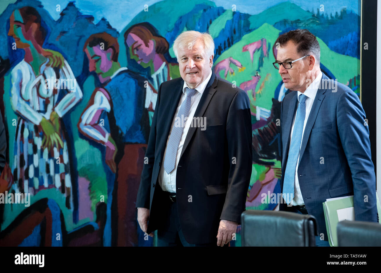 Berlin, Germany. 22nd May, 2019. Horst Seehofer (l, CSU), Federal Minister of the Interior, Home and Construction, and Gerd Müller (CSU), Development Minister, attend the cabinet meeting at the Federal Chancellery. At today's meeting, the members of the Federal Government will discuss, among other things, the billions in aid for structural change in the coal-mining regions and a draft law on tax incentives for research and development. Credit: Bernd von Jutrczenka/dpa/Alamy Live News - Stock Image