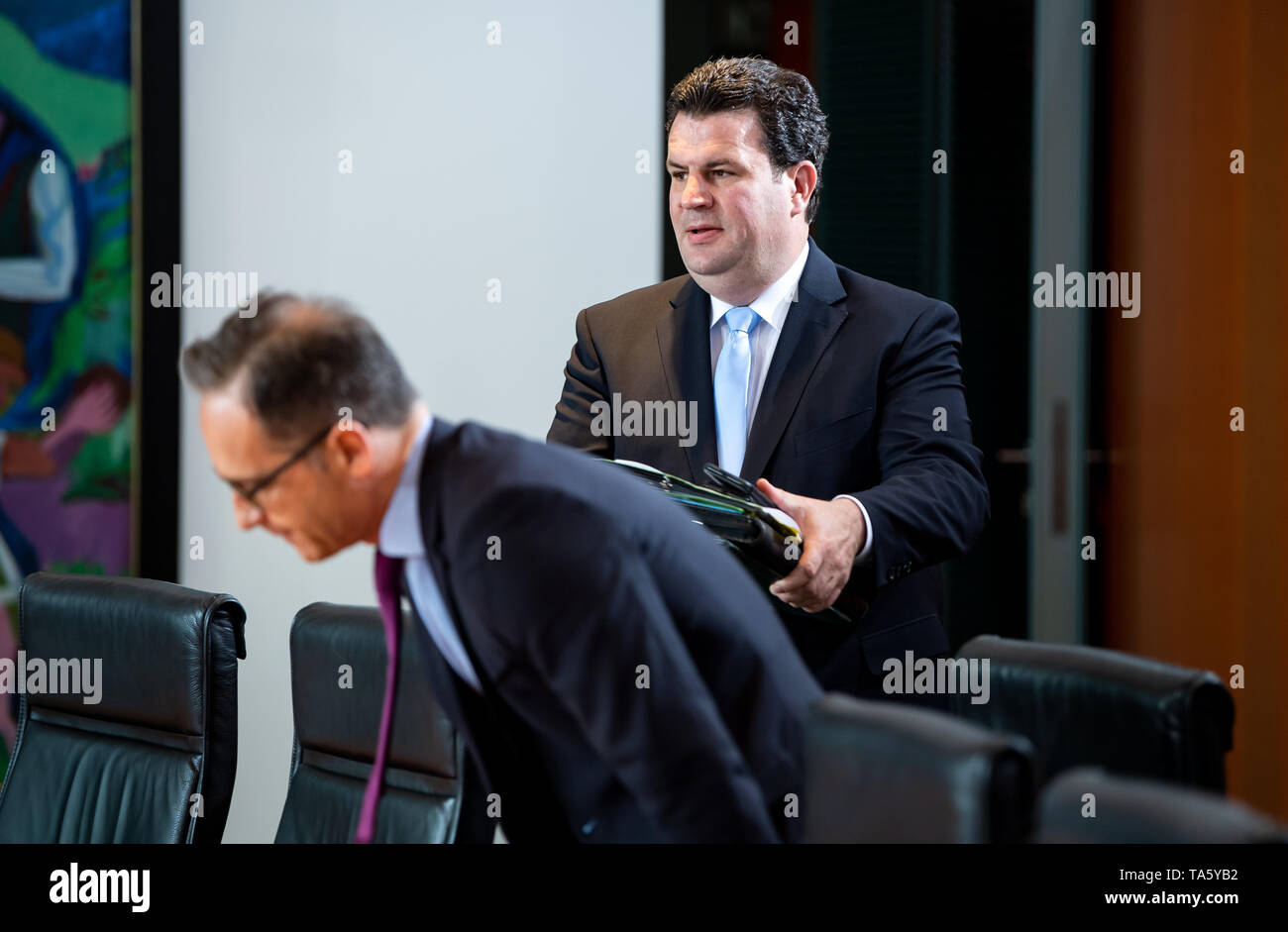 Berlin, Germany. 22nd May, 2019. Hubertus Heil (SPD, r), Federal Minister of Labour and Social Affairs, is coming to the cabinet meeting in the Federal Chancellery, Heiko Maas (SPD), Foreign Minister, is sitting down. At today's meeting, the members of the Federal Government will discuss, among other things, the billions in aid for structural change in the coal-mining regions and a draft law on tax incentives for research and development. Credit: Bernd von Jutrczenka/dpa/Alamy Live News - Stock Image