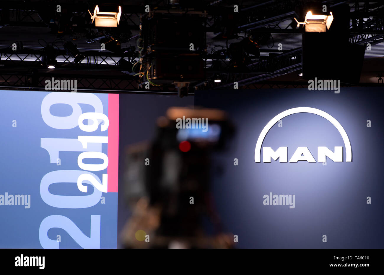 Munich, Germany. 22nd May, 2019. A camera can be seen in front of the podium before the start of the MAN SE Annual General Meeting. The bus and truck manufacturer now owns 95 percent of the VW subsidiary Traton SE, which plans to go public shortly. Credit: Sven Hoppe/dpa/Alamy Live News - Stock Image