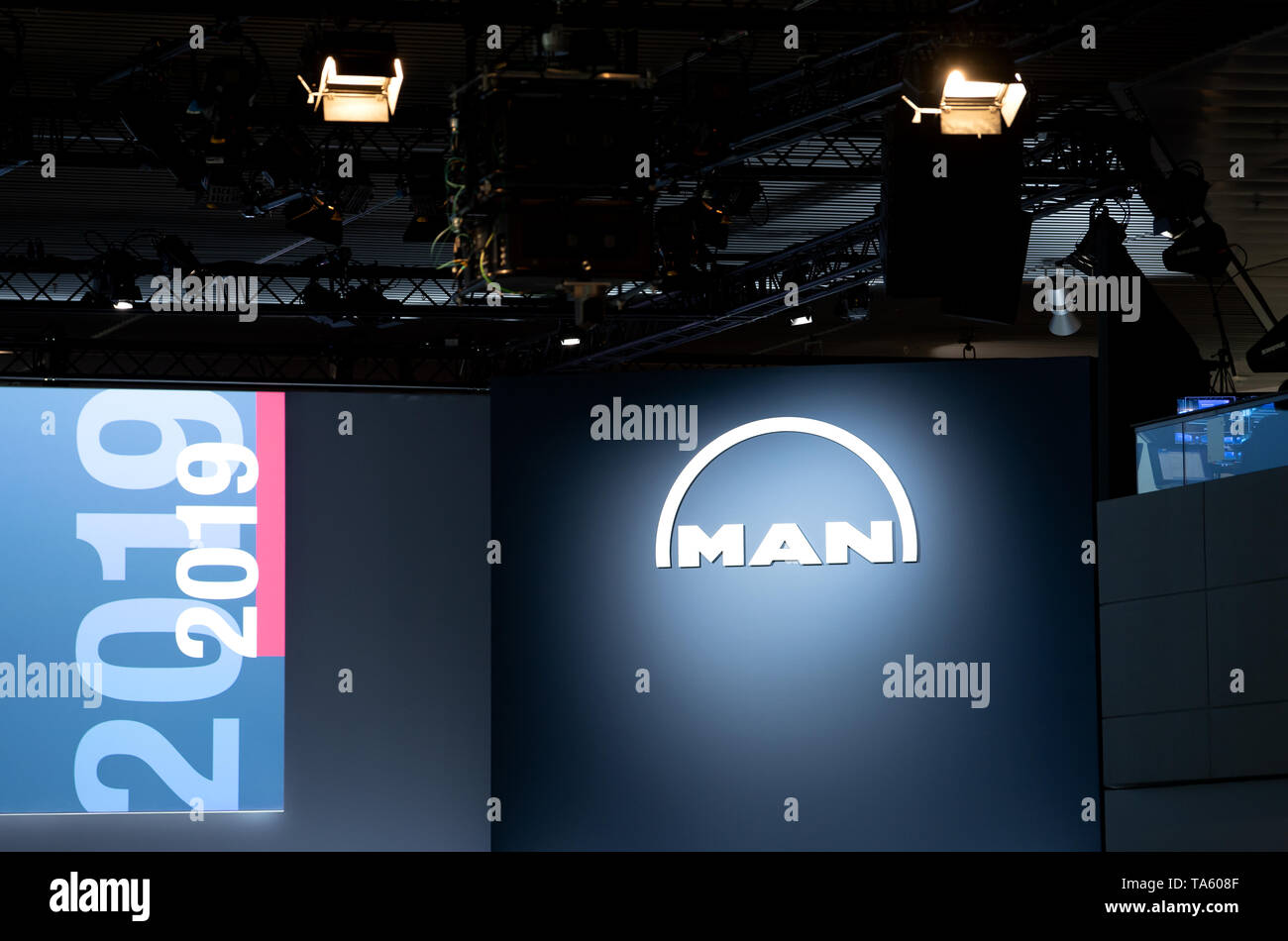 Munich, Germany. 22nd May, 2019. The MAN SE logo can be seen on the podium before the Annual General Meeting of MAN SE begins. The bus and truck manufacturer now owns 95 percent of the VW subsidiary Traton SE, which plans to go public shortly. Credit: Sven Hoppe/dpa/Alamy Live News - Stock Image