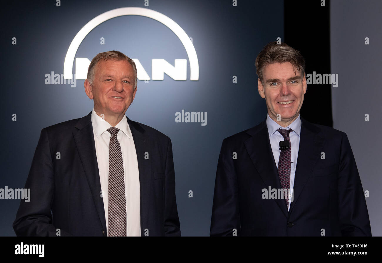 Munich, Germany. 22nd May, 2019. Joachim Drees (r), Executive Board Chairman of MAN SE, and Andreas Renschler, Supervisory Board Chairman of MAN SE, are together for a photo before the start of the Annual General Meeting of MAN SE. The bus and truck manufacturer now owns 95 percent of the VW subsidiary Traton SE, which plans to go public shortly. Credit: Sven Hoppe/dpa/Alamy Live News - Stock Image