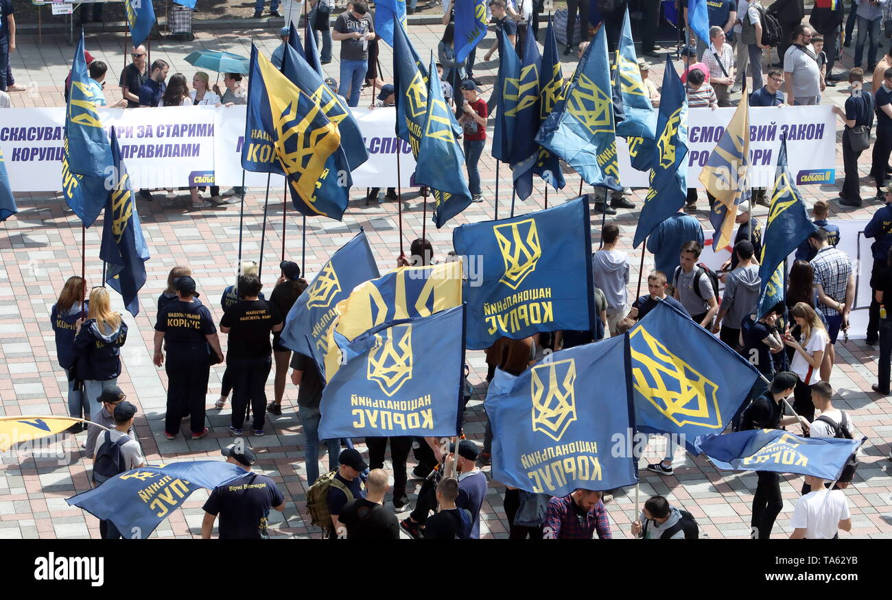 Kiev, Ukraine. 22nd May, 2019. KIEV, UKRAINE - MAY 22, 2019: Members of the Svoboda [Freedom] All-Ukranian Union picket the Verkhovna Rada during a special meeting initiated by Ukraine's President Volodymyr Zelensky; the two draft laws brought forward by Zelensky to reform the electoral system have failed to gain enough votes to be introduced to the Ukrainian parliament. Pyotr Sivkov/TASS Credit: ITAR-TASS News Agency/Alamy Live News - Stock Image