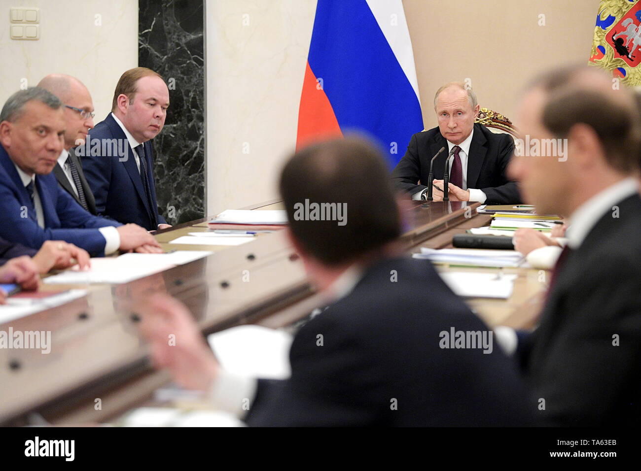 Moscow, Russia. 22nd May, 2019. MOSCOW, RUSSIA - MAY 22, 2019: Russia's President Vladimir Putin (C back) during a meeting with members of the Russian Government at the Moscow Kremlin. Alexei Druzhinin/Russian Presidential Press and Information Office/TASS Credit: ITAR-TASS News Agency/Alamy Live News - Stock Image
