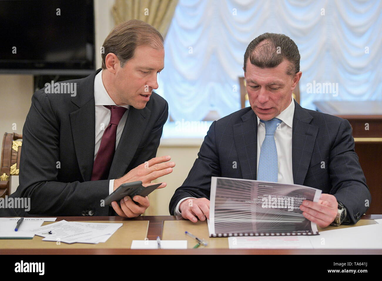 Moscow, Russia. 22nd May, 2019. MOSCOW, RUSSIA - MAY 22, 2019: Russia's Industry and Trade Minsiter Denis Manturov (L) and Russia's Labour and Social Safety Minister Maxim Topilin during a meeting of Russia's President Vladimir Putin with members of the Russian Government at the Moscow Kremlin. Alexei Druzhinin/Russian Presidential Press and Information Office/TASS Credit: ITAR-TASS News Agency/Alamy Live News - Stock Image