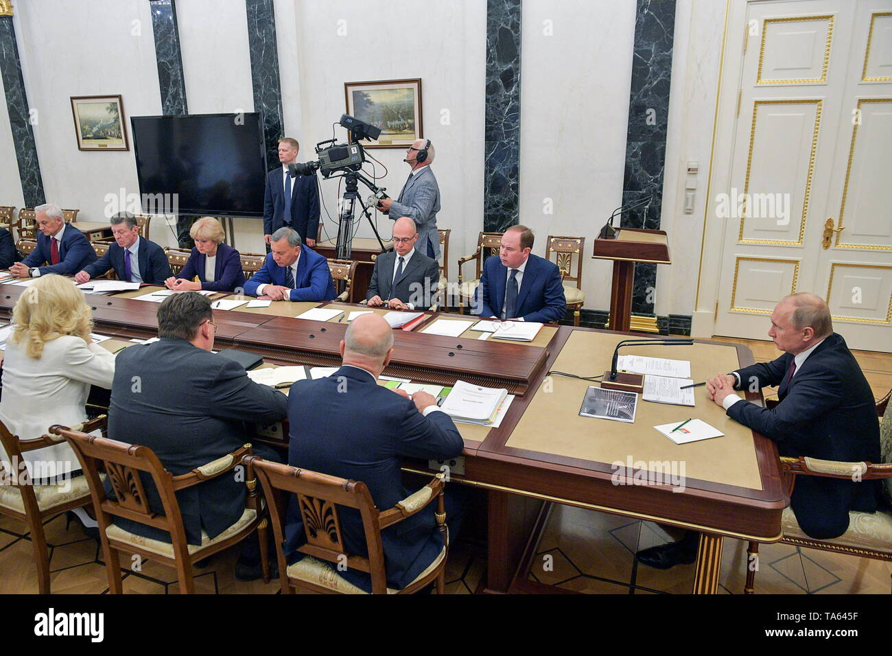 Moscow, Russia. 22nd May, 2019. MOSCOW, RUSSIA - MAY 22, 2019: Russia's President Vladimir Putin (R) during a meeting with members of the Russian Government at the Moscow Kremlin. Alexei Druzhinin/Russian Presidential Press and Information Office/TASS Credit: ITAR-TASS News Agency/Alamy Live News - Stock Image