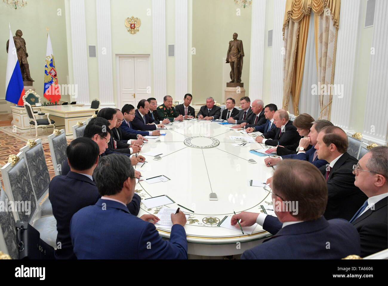 Moscow, Russia. 22nd May, 2019. MOSCOW, RUSSIA - MAY 22, 2019: Russia's President Vladimir Putin (R centre) and Vietnam's Prime Minister Nguyen Xuan Phuc (L centre) during a meeting at the Moscow Kremlin. Alexei Druzhinin/Russian Presidential Press and Information Office/TASS Credit: ITAR-TASS News Agency/Alamy Live News - Stock Image