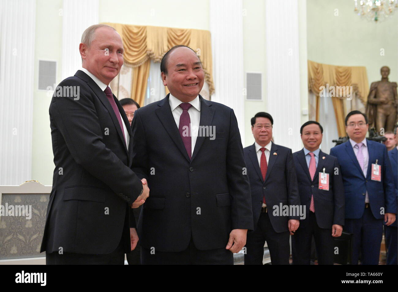 Moscow, Russia. 22nd May, 2019. MOSCOW, RUSSIA - MAY 22, 2019: Russia's President Vladimir Putin (L) and Vietnam's Prime Minister Nguyen Xuan Phuc shake hands during a meeting at the Moscow Kremlin. Alexei Druzhinin/Russian Presidential Press and Information Office/TASS Credit: ITAR-TASS News Agency/Alamy Live News - Stock Image