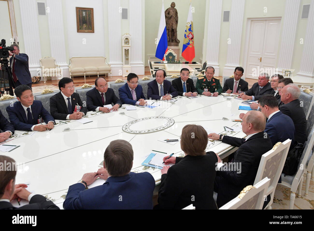 Moscow, Russia. 22nd May, 2019. MOSCOW, RUSSIA - MAY 22, 2019: Russia's President Vladimir Putin (C front) and Vietnam's Prime Minister Nguyen Xuan Phuc (3rd L back) during a meeting at the Moscow Kremlin. Alexei Druzhinin/Russian Presidential Press and Information Office/TASS Credit: ITAR-TASS News Agency/Alamy Live News - Stock Image