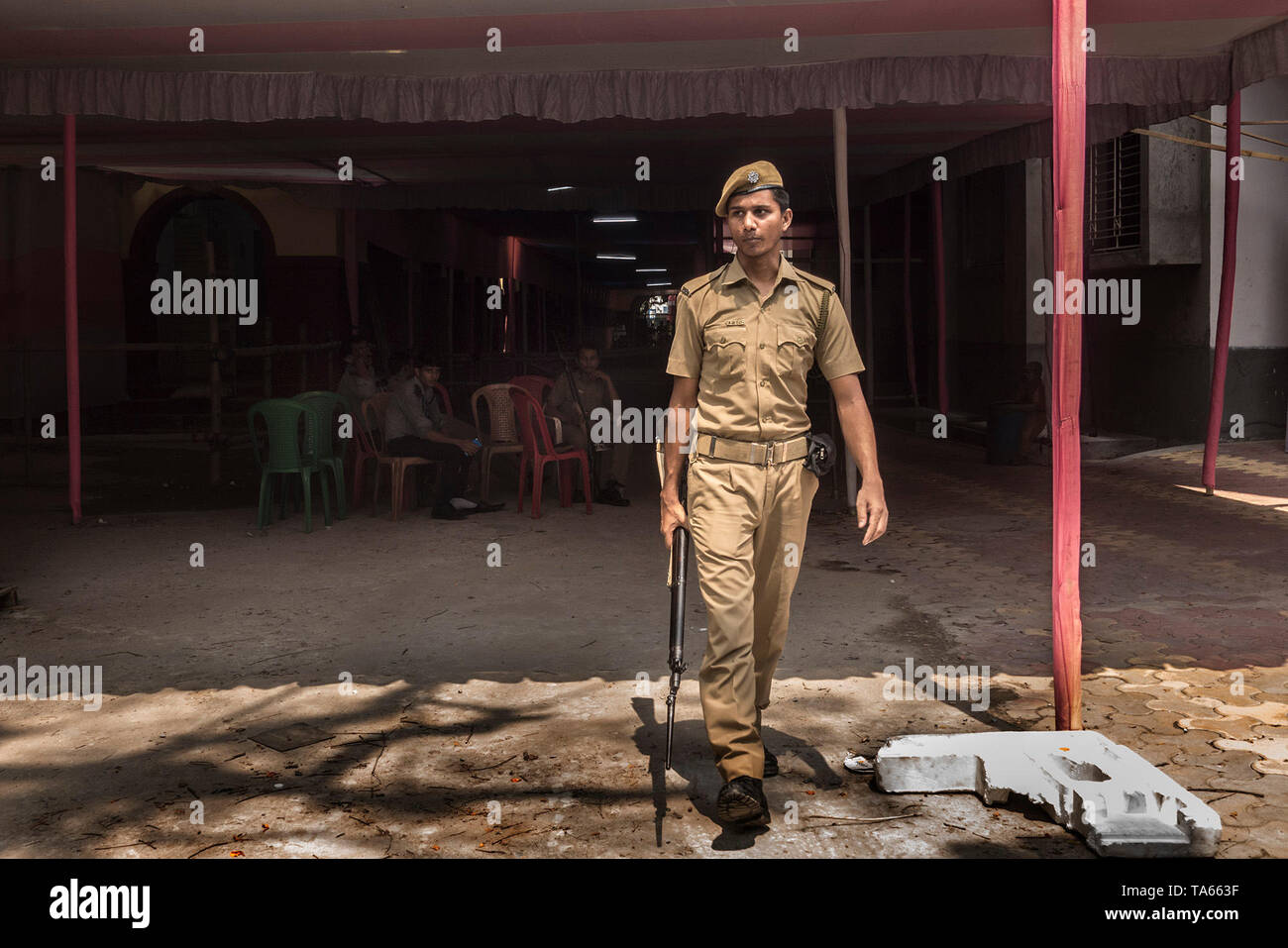 Kolkata. 22nd May, 2019. Indian security personnel guard outside the strong rooms on the eve of counting day in Kolkata, India on May 22, 2019. The Indian Election Commission (ECI) has finalized arrangements and security measures in and around the counting centres a day ahead of the vote counting for India's 17th general elections across the country, officials said here Wednesday. Credit: Tumpa Mondal/Xinhua/Alamy Live News - Stock Image