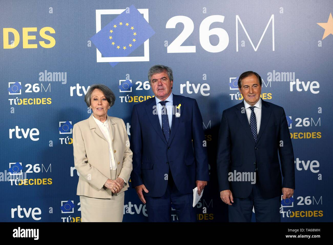 Madrid, Spain. 22nd May, 2019. Candidate to European MP of Spanish Party Lliures per Europa/Junts, Gorka Knorr (C) poses next to Spanish Public Television and Radio (RTVE) Administrator Rosa Maria Mateo (L) and Spanish Public Television (TVE) Director Eladio Jareno (R) prior to electoral debate at the Prado del Rey studios in Madrid, Spain, 22 May 2019. Spain is holding local, regional and European elections 26 May 2019. Credit: Rodrigo Jimenez/EFE/Alamy Live News - Stock Image