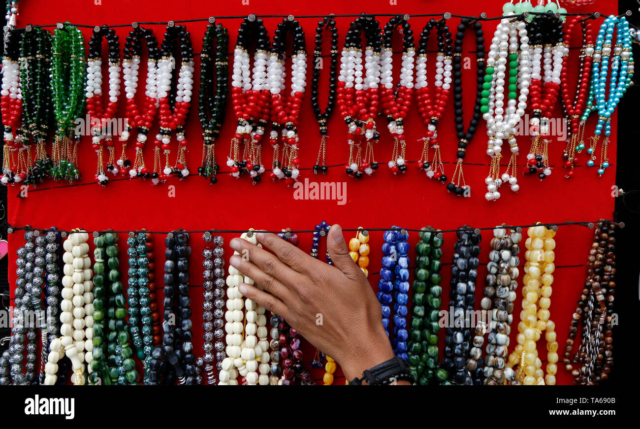 Sanaa, Yemen. 22nd May, 2019. Rosaries are on display for sale during the Muslim holy month of Ramadan in Sanaa, Yemen, on May 22, 2019. Rosary, or Tesbih, is a small string of prayer beads that is carried by many Yemeni men during the holy month of Ramadan. Credit: Mohammed Mohammed/Xinhua/Alamy Live News - Stock Image