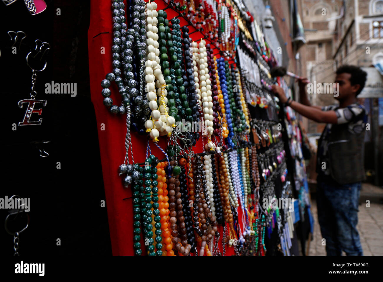 Sanaa, Yemen. 22nd May, 2019. A vendor prepares rosaries for sale during the Muslim holy month of Ramadan in Sanaa, Yemen, on May 22, 2019. Rosary, or Tesbih, is a small string of prayer beads that is carried by many Yemeni men during the holy month of Ramadan. Credit: Mohammed Mohammed/Xinhua/Alamy Live News - Stock Image