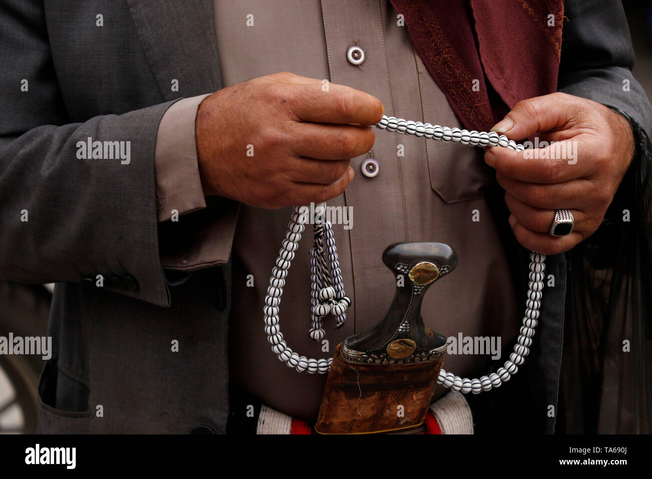 Sanaa, Yemen. 22nd May, 2019. A man holds a rosary during the Muslim holy month of Ramadan in Sanaa, Yemen, on May 22, 2019. Rosary, or Tesbih, is a small string of prayer beads that is carried by many Yemeni men during the holy month of Ramadan. Credit: Mohammed Mohammed/Xinhua/Alamy Live News - Stock Image
