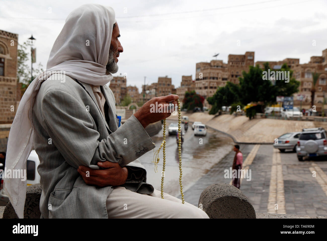 Sanaa, Yemen. 22nd May, 2019. A Yemeni man carries a rosary during the Muslim holy month of Ramadan in Sanaa, Yemen, on May 22, 2019. Rosary, or Tesbih, is a small string of prayer beads that is carried by many Yemeni men during the holy month of Ramadan. Credit: Mohammed Mohammed/Xinhua/Alamy Live News - Stock Image