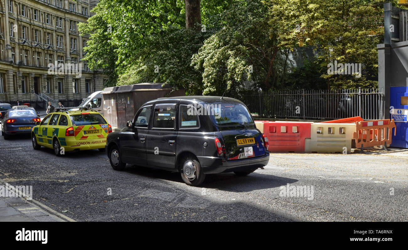 London, United Kingdom, June 14 2018. In Finsbury Circus Square we can see the typical London taxis and buses transit during their run. - Stock Image