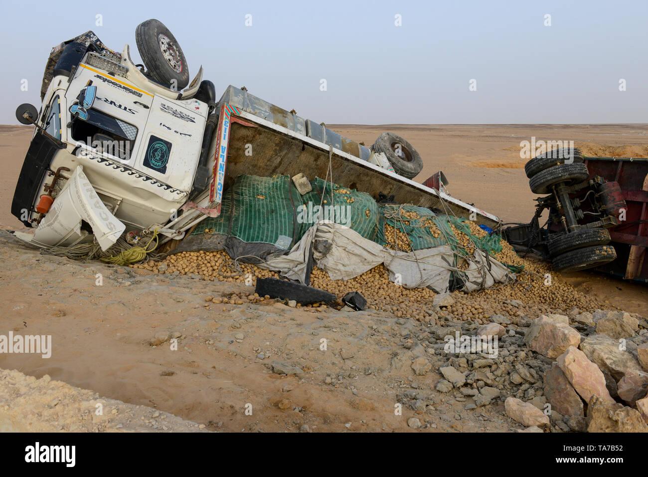 EGYPT, Farafra, desert farming, truck transport potatos from desert farms to Cairo, truck accident - Stock Image