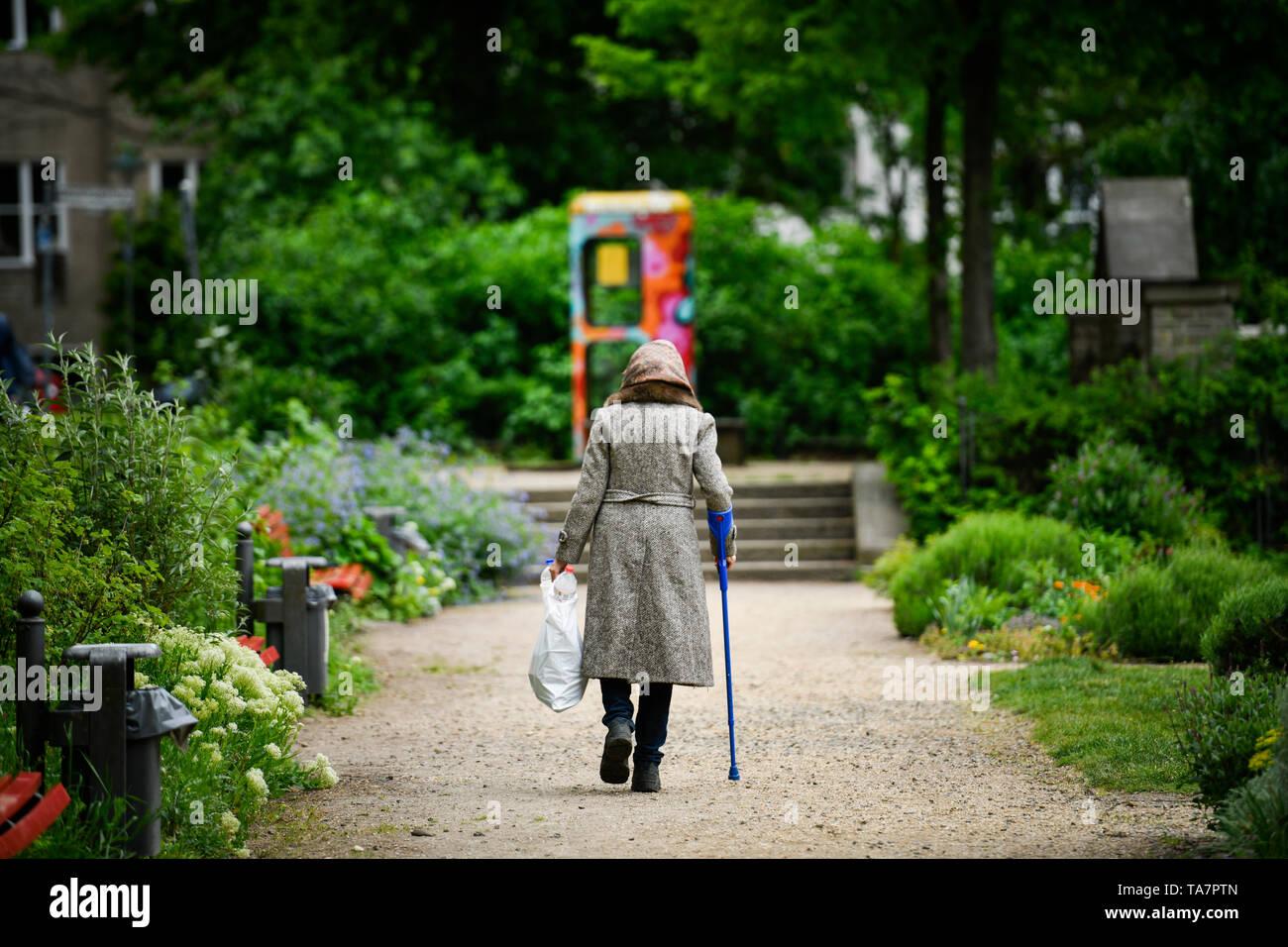Put symbolic photo, old-age poverty, senior, bottle collecting, park, Gestelltes Symbolfoto, Altersarmut, Seniorin, Flaschensammeln, Park - Stock Image