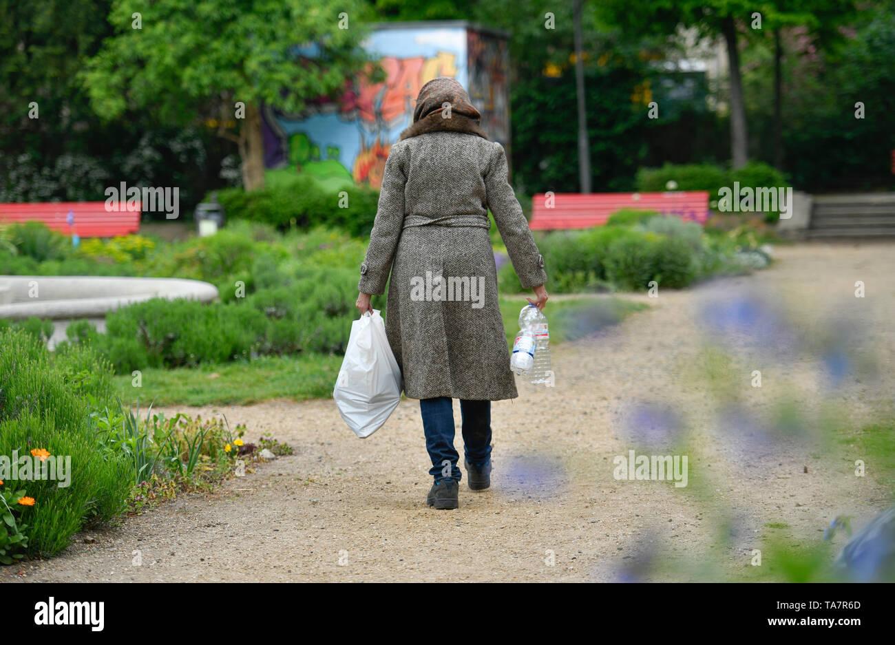Put symbolic photo, old-age poverty, senior, bottle collecting, park, Gestelltes Symbolfoto, Altersarmut, Seniorin, Flaschensammeln, Park Stock Photo
