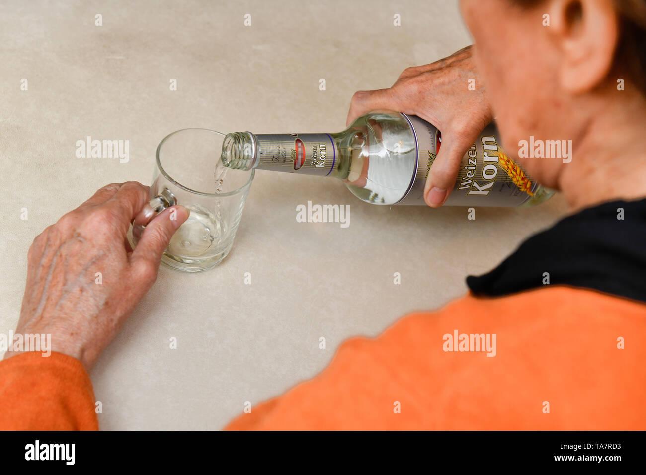 Put symbolic photo, alcohol, senior, Gestelltes Symbolfoto, Alkohol, Seniorin Stock Photo