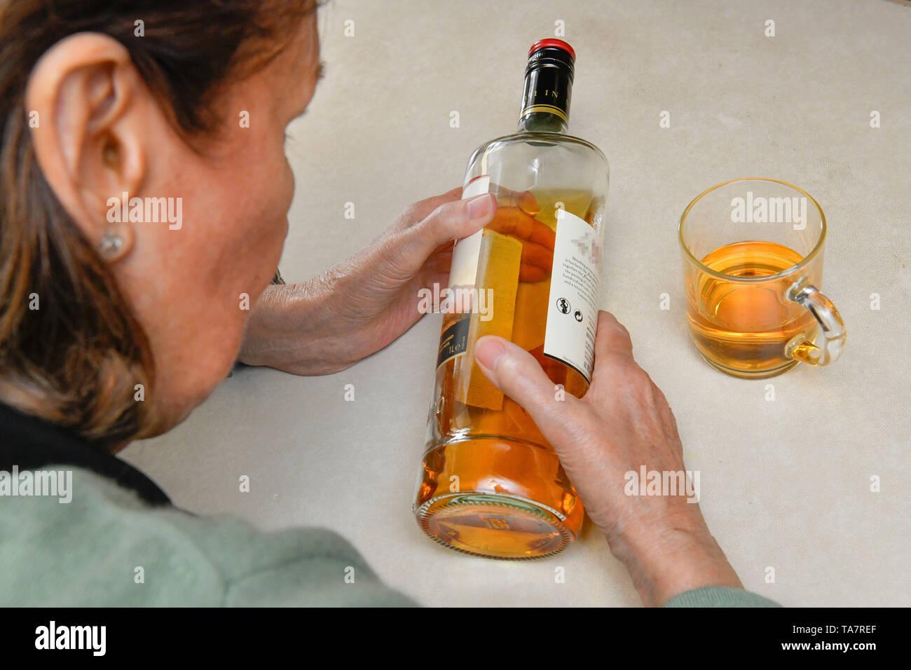 Put symbolic photo, alcohol, senior, Gestelltes Symbolfoto, Alkohol, Seniorin - Stock Image