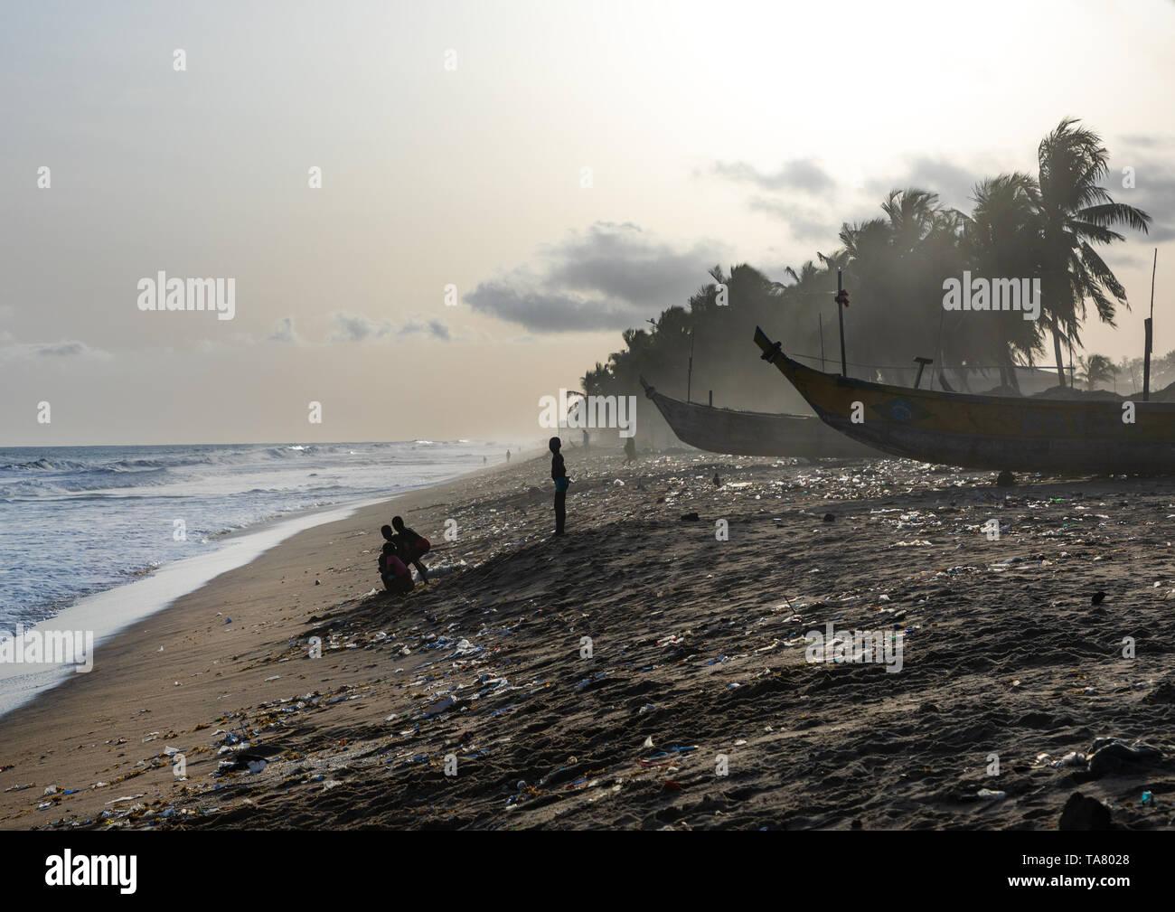 Children on the beach in N'zima fishermen village, Sud-Comoé, Grand-Bassam, Ivory Coast Stock Photo