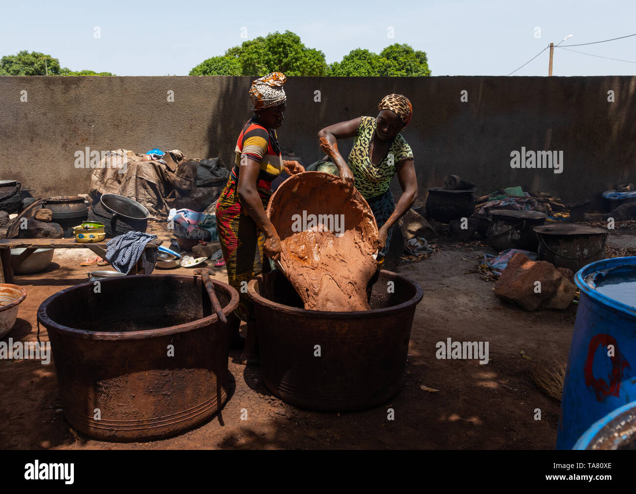 Senufo women prepairing shea butter in a traditional karité factory, Savanes district, Tcheregnimin, Ivory Coast - Stock Image