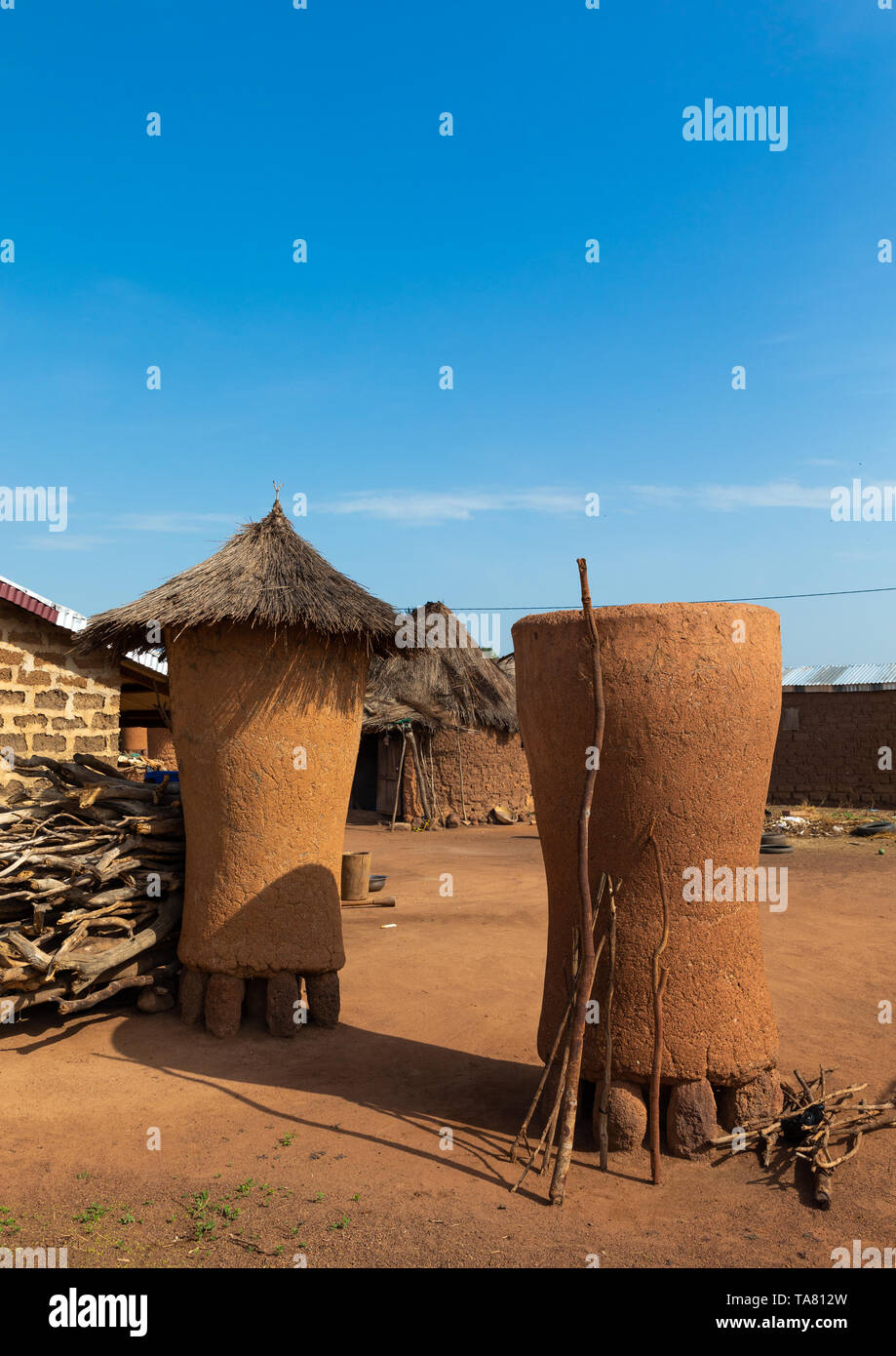 Adobe granaries with thatched roofs, Savanes district, Niofoin, Ivory Coast Stock Photo