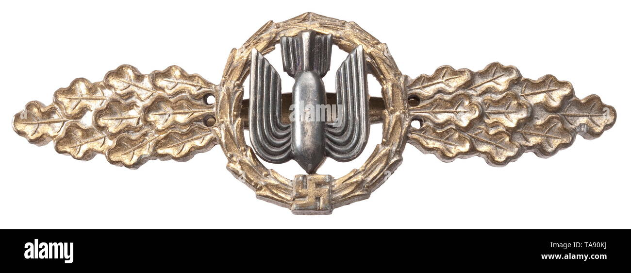 A Squadron Clasp for bombers in Gold Gewölbte, vergoldete Feinzinkausführung mit vernieteter, dunkel patinierter Auflage, das Medaillon mit rs. runder Aussparung, hohlgekehlte, bauchige, eiserne Horizontalnadel. historic, historical, 20th century, Additional-Rights-Clearance-Info-Not-Available Stock Photo