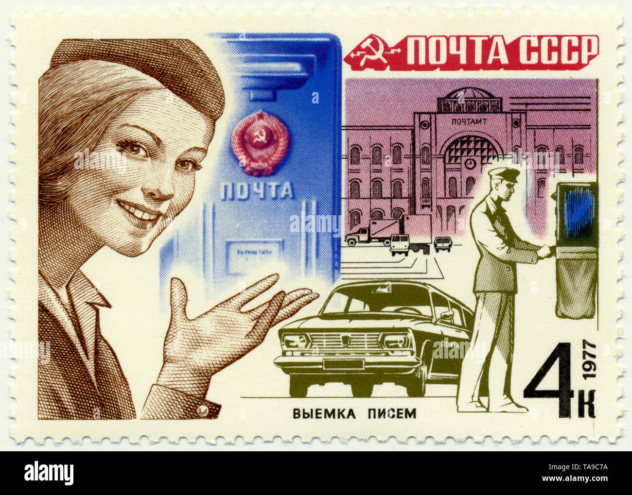 Historic postage stamps of the USSR, postal delivery, mailbox being emptied, Moskvitch 430,  Historische Briefmarken, Thema Postzustellung, Briefkastenleerung, Moskwitsch 430, 1977, UDSSR - Stock Image