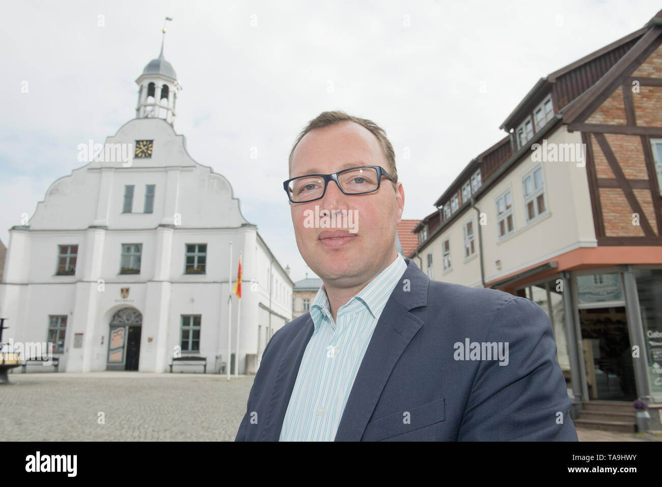 Wolgast, Germany. 21st May, 2019. The mayor of the city of Wolgast, Stefan Weigler (non-party), stands on the town hall square in the centre of the city. Close to the holiday paradise of Usedom lies the historic town of Wolgast. It is struggling with job losses, loss of revenue and an image as the stronghold of right-wing voters. Credit: Stefan Sauer/dpa-Zentralbild/dpa/Alamy Live News - Stock Image