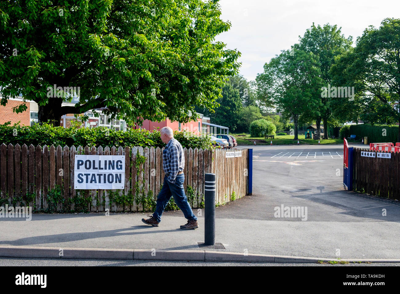 Chippenham, UK. 23rd May, 2019. A man is pictured walking past a polling station sign outside a school in Chippenham, Wiltshire as voting takes place in the 2019 European Parliament elections. Credit: Lynchpics/Alamy Live News - Stock Image