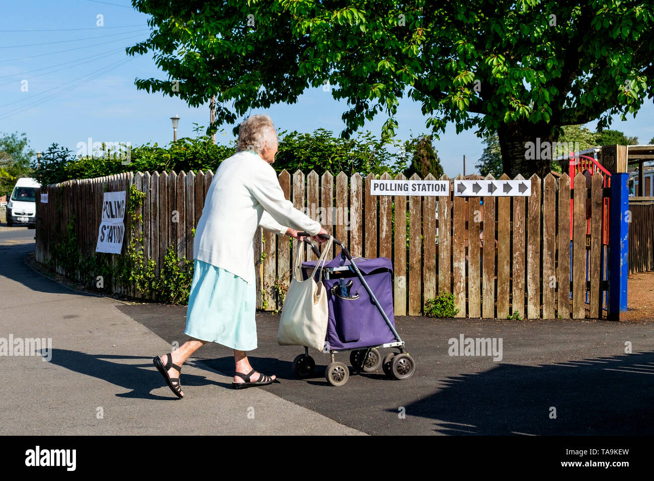 Chippenham, UK. 23rd May, 2019. A woman going to vote in the 2019 European Parliament elections is pictured entering a polling station situated inside a school in Chippenham, Wiltshire. Credit: Lynchpics/Alamy Live News - Stock Image