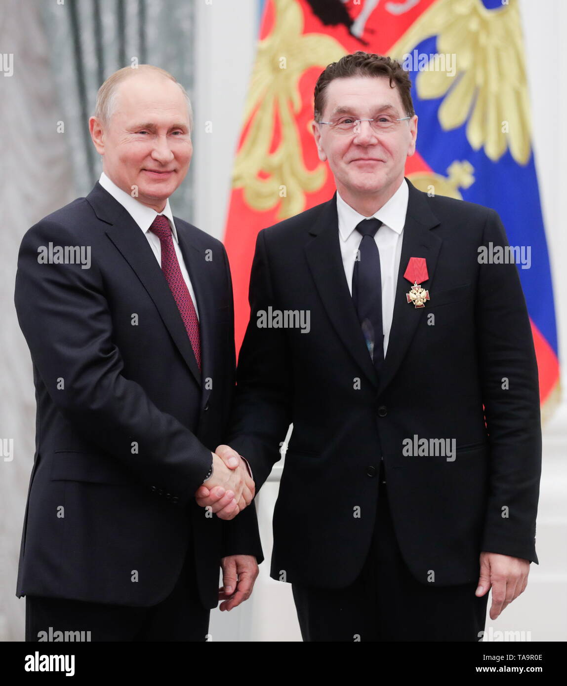 Moscow, Russia. 23rd May, 2019. MOSCOW, RUSSIA - MAY 23, 2019: Russia's President Vladimir Putin (L) and Russian actor Sergei Makovetsky, awarded the Order of Merit for the Fatherland (4th class), during a ceremony to present state decorations at Moscow's Kremlin. Mikhail Metzel/TASS Credit: ITAR-TASS News Agency/Alamy Live News - Stock Image