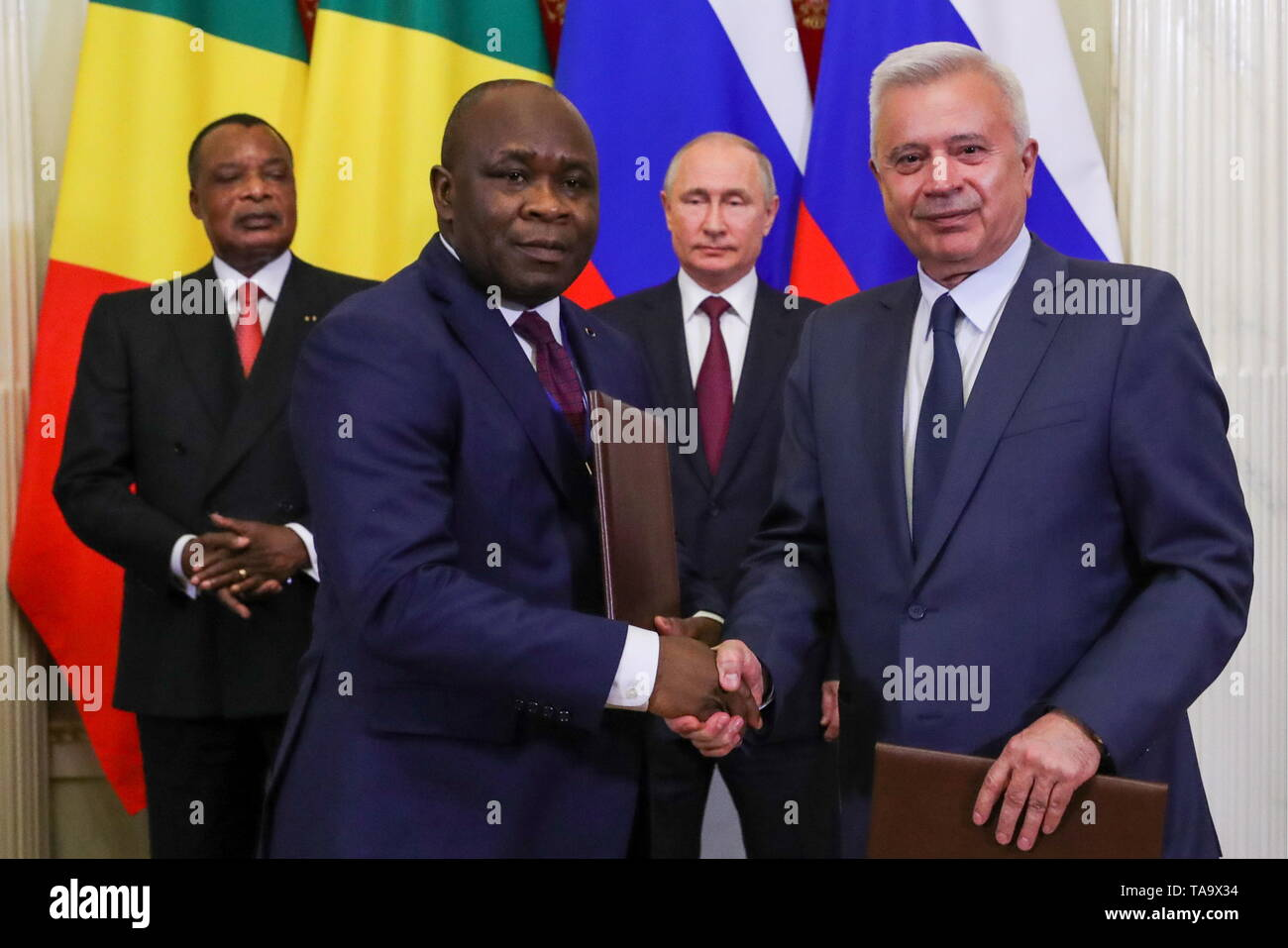Moscow, Russia. 23rd May, 2019. MOSCOW, RUSSIA - MAY 23, 2019: Lukoil President Vagit Alekperov (R front) shakes hands with a Congolese official at a ceremony attended by Denis Sassou Nguesso, President of the Republic of Congo, and Russia's President Vladimir Putin (L-R back) to sign joint documents on Russian-Congolese talks at the Moscow Kremlin. Mikhail Klimentyev/Russian Presidential Press and Information Office/TASS Credit: ITAR-TASS News Agency/Alamy Live News - Stock Image