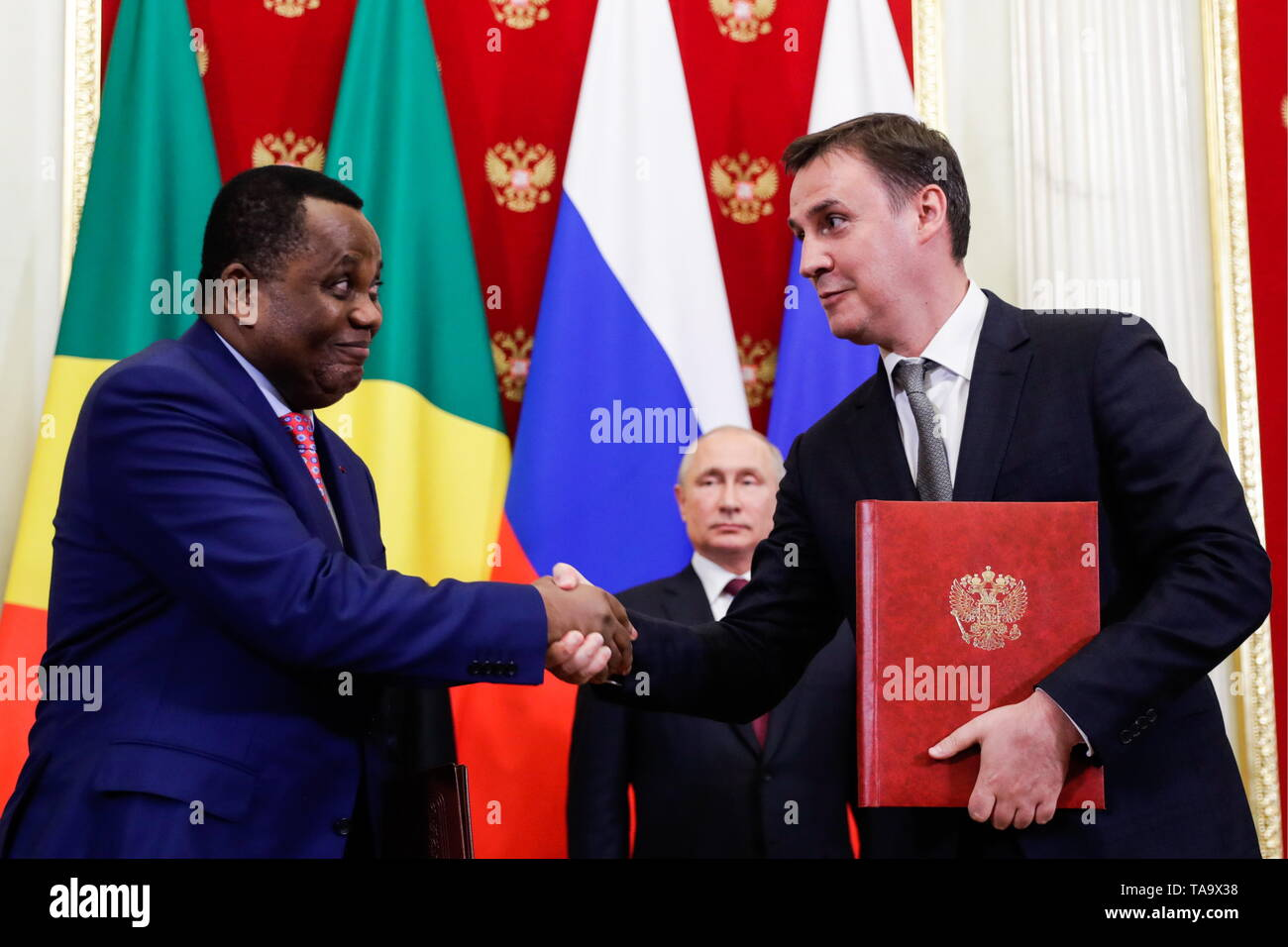 Moscow, Russia. 23rd May, 2019. MOSCOW, RUSSIA - MAY 23, 2019: Russia's Agriculture Minister Dmitry Patrushev (R front) shakes hands with a Congolese official at a ceremony attended by Russia's President Vladimir Putin (R back) to sign joint documents on Russian-Congolese talks at the Moscow Kremlin. Mikhail Metzel/TASS Credit: ITAR-TASS News Agency/Alamy Live News - Stock Image