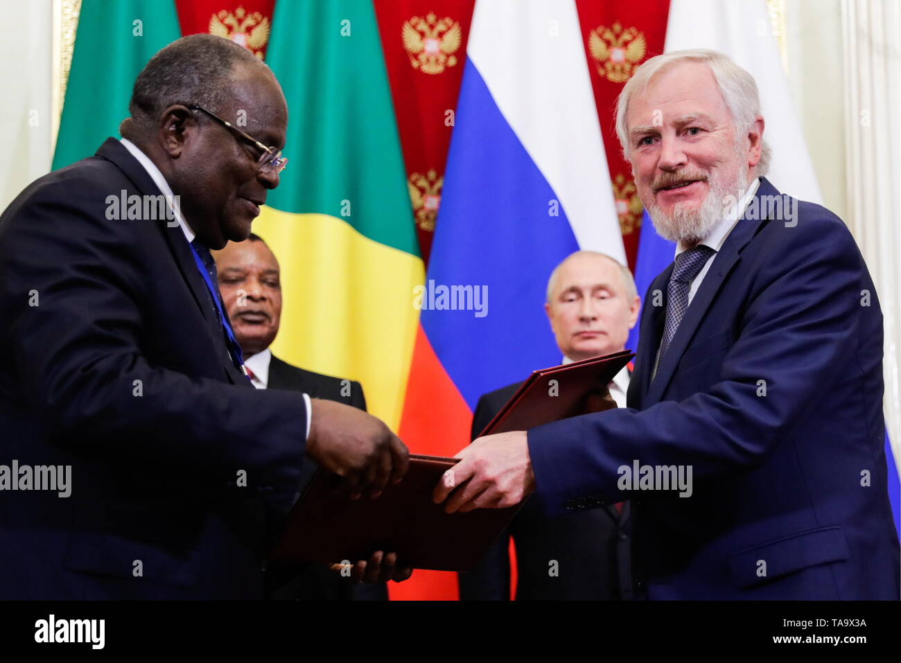 Moscow, Russia. 23rd May, 2019. MOSCOW, RUSSIA - MAY 23, 2019: Russia's Deputy Finance Minister Sergei Storchak (R front) shakes hands with a Congolese official at a ceremony attended by Denis Sassou Nguesso, President of the Republic of Congo, and Russia's President Vladimir Putin (L-R back) to sign joint documents on Russian-Congolese talks at the Moscow Kremlin. Mikhail Klimentyev/Russian Presidential Press and Information Office/TASS Credit: ITAR-TASS News Agency/Alamy Live News - Stock Image