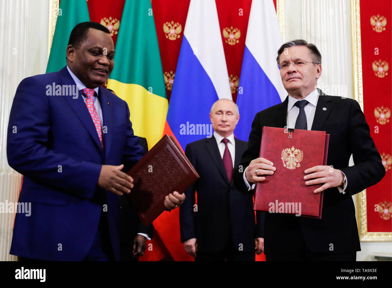 Moscow, Russia. 23rd May, 2019. MOSCOW, RUSSIA - MAY 23, 2019: Rosatom CEO Alexei Likhachev (R front) shakes hands with a Congolese official at a ceremony attended by Russia's President Vladimir Putin (R back) to sign joint documents on Russian-Congolese talks at the Moscow Kremlin. Mikhail Metzel/TASS Credit: ITAR-TASS News Agency/Alamy Live News - Stock Image