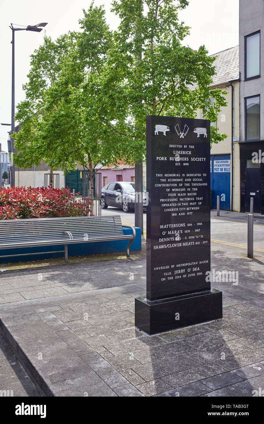 Monument to the Limerick port butchers society to commemorate the four main bacon processing factories between 1816 and 1977 - Stock Image
