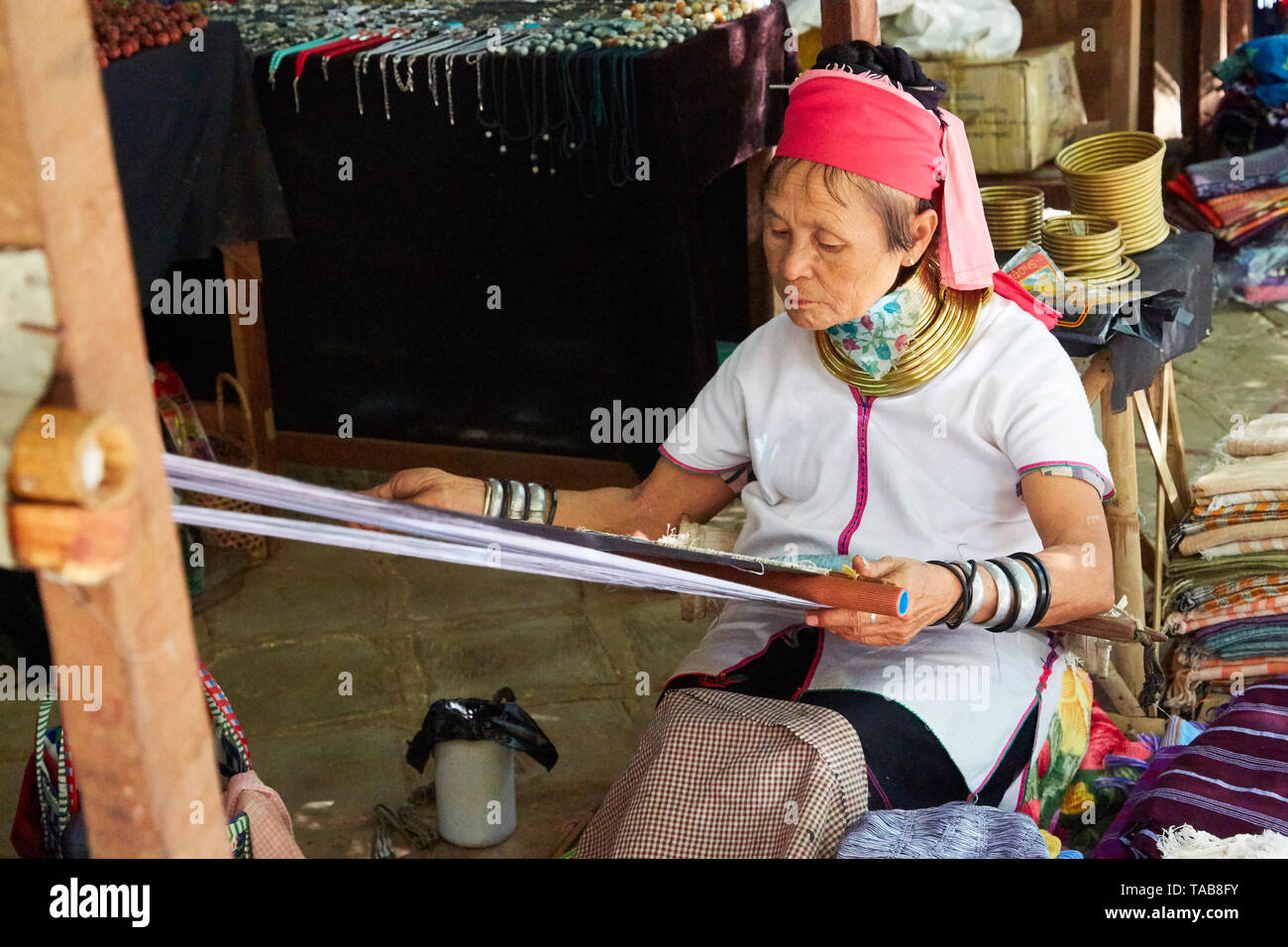 Kayan Lahwi demonstrating weaving technique in marketplace in Bagan, Myanmar. - Stock Image