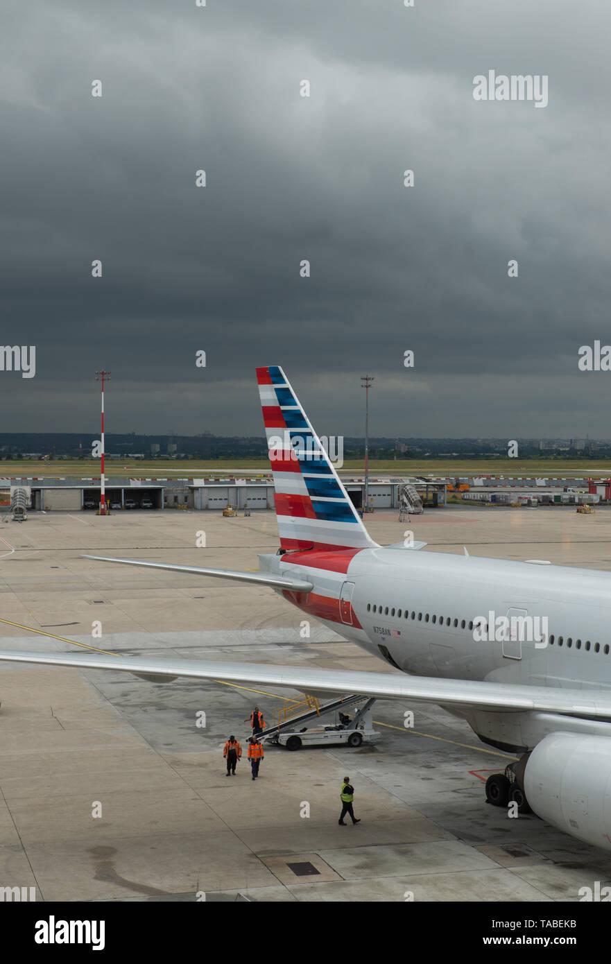 American Airlines-Flugzeug, Charles de Gaulle-Flughafen, Paris, Frankreich instand gehalten wird. / American Airlines plane being serviced in Paris. Stock Photo