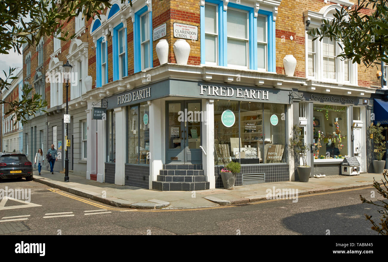 LONDON NOTTING HILL HOUSES IN CLARENDON CROSS AND FIRED EARTH SHOP - Stock Image