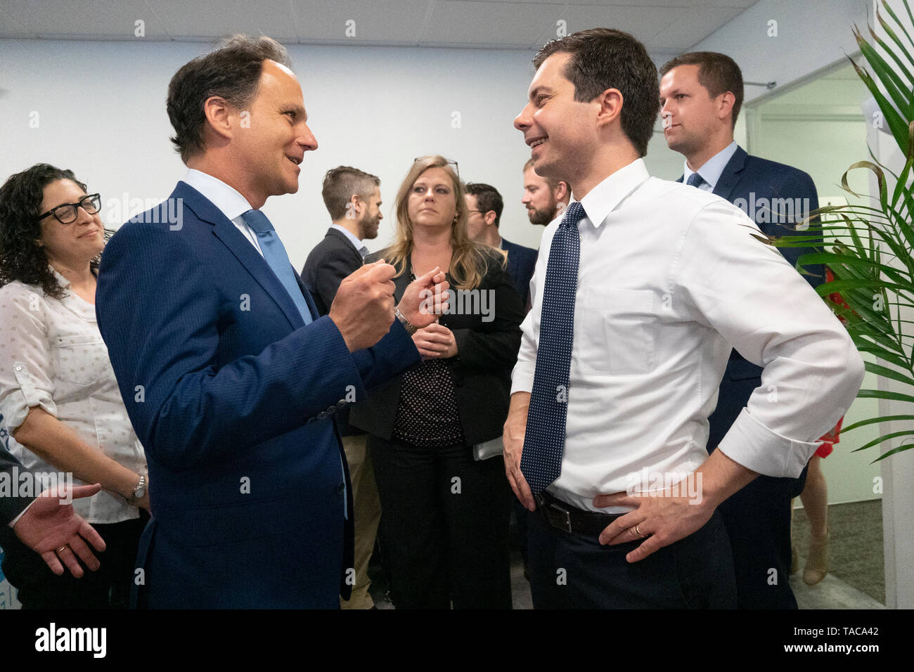 Rabbi Jonah Pesner, director of the Religious Action Center of Reform Judaism, meets with Mayor Pete Buttigieg as he enters a discussion with leaders of the Jewish community at a communal parlor meeting at the offices of Bluelight Strategies in Washington, DC, U.S. on May 23, 2019. Credit: Stefani Reynolds/CNP | usage worldwide - Stock Image