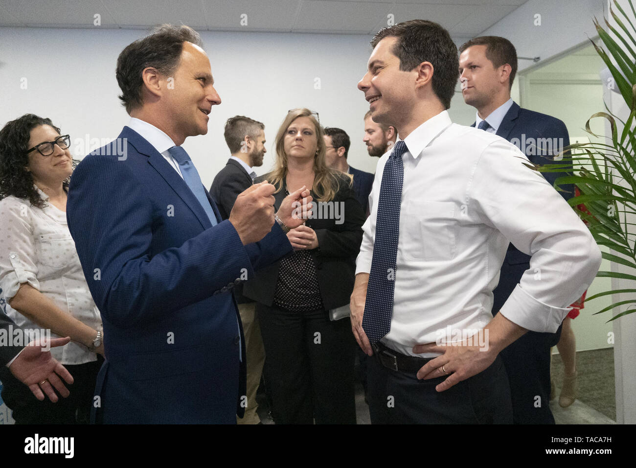 Washington, District of Columbia, USA. 23rd May, 2019. Rabbi Jonah Pesner, director of the Religious Action Center of Reform Judaism, meets with Mayor Pete Buttigieg as he enters a discussion with leaders of the Jewish community at a communal parlor meeting at the offices of Bluelight Strategies in Washington, DC, U.S. on May 23, 2019. Credit: Stefani Reynolds/CNP/ZUMA Wire/Alamy Live News - Stock Image
